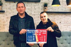 Ladislav Herák a Lukáš Herák z FC Pata s plagátom pred druhým ročníkom turnaja.