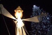 Anjel vo vianočnom mestečku.