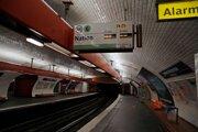 Prázdne nástupisko v zavretom parížskom metre 8. decembra 2019.