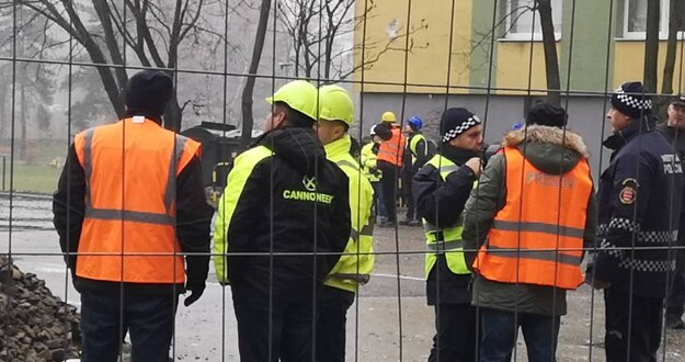 Zástupcovia špecializovanej firmy na demoláciu výškových budov pri vybuchnutej bytovke.