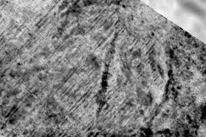 Radarový záber ukazuje pohrebisko v tvare kruhu s loďou.