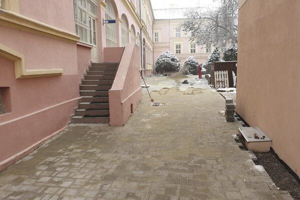 Nová dlažba na nádvorí Gemersko-malohontského múzea v Rimavskej Sobote.