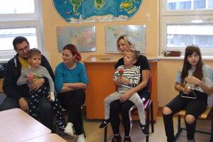 Dvaja najmladší pacienti - Lukas s rodičmi a Radko s mamou, vpravo sedí Veronika.