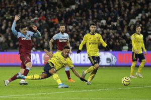 Pierre-Emerick Aubameyang strieľa tretí gól Arsenalu v zápase proti West Hamu.