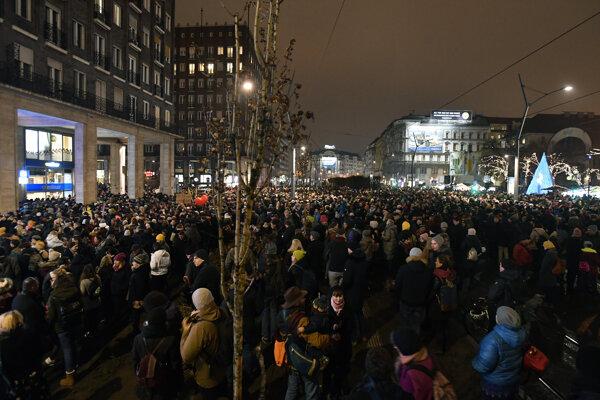 Rečníci na demonštrácii vyzvali všetkých Maďarov, aby sa postavili proti vládnemu návrhu zákona.