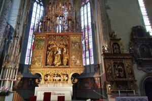 Hlavný oltár, aj oltár štyroch Jánov tiež prešli obnovou.