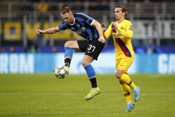 Milan Škriniar (vľavo) a Antoine Griezmann v zápase Ligy majstrov 2019/2020 Inter Miláno - FC Barcelona.