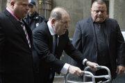 Weinstein pri príchode na súd.