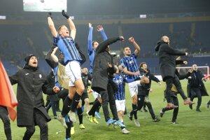 Hráči Atalanty oslavujú po víťazstve nad Šachtarom v zápase C-skupiny Šachtar Doneck - Atalanta Bergamo 6. kola skupinovej fázy Ligy majstrov.