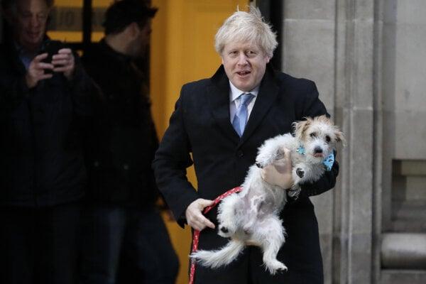 Premiér Johnson prišiel voliť so svojím psom.