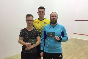 Zľava: Erik Škrinia-hráč večera, Matej Mezei-sponzor zimnej ligy, Onrej Weiss-hráč kola