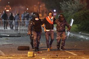 Protesty v Libanone pokračujú, demonštrantov neodradil ani tvrdý zásah bezpečnostných zložiek.