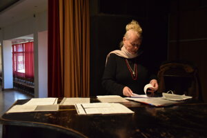 Magdaléna Zagrapanová, amatérska dirigentka seniorského zboru.