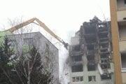 Do zničenej bytovky v Prešove sa pustila špeciálna technika.