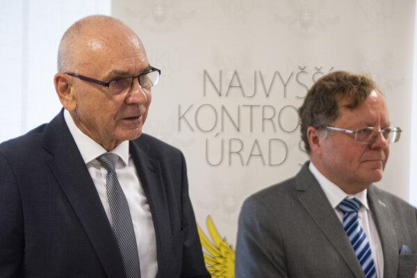 Vľavo predseda Najvyššieho kontrolného úradu SR Karol Mitrík.
