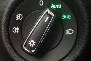 Prepínač svetiel na polohe AUTO znamená, že denné svietenie nahradia stretávacie svetlá podľa potreby automaticky