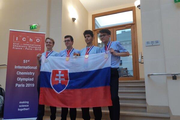Naši súťažiaci s medailami (zľava): Michal Chovanec, Peter Rukovanský, Andrej Kovács a Samuel Novák.