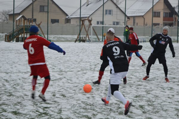 Víťazná Myjava (v čiernom) v zápase proti Sverepcu.