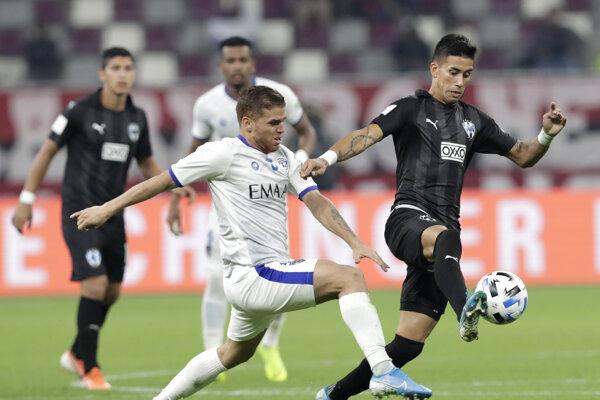 Gustavo Cuellar (vľavo) z Al Hilal v súboji s Maximilianom Mezaom z Monterrey.