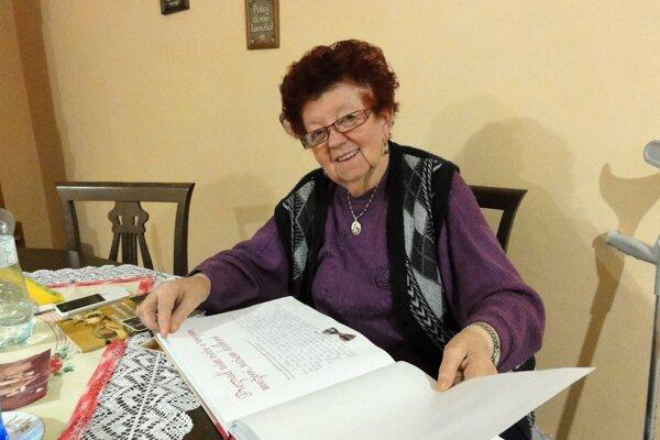 Svoje spomienky, ako cenný dar pre deti avnúčatá, zapisuje Helena Bobošíková do tejto knihy.Foto: Mario Veverka