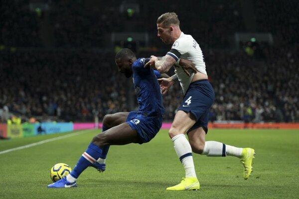 Zľava Antonio Rüdiger a Toby Alderweireld počas zápasu Tottenhamu s Chelsea.
