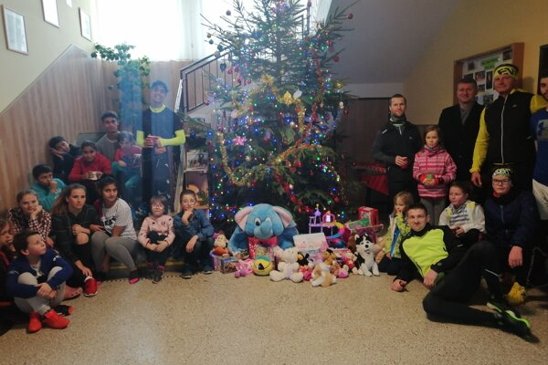 Vďaka skupinke bežcov budú mať deti z Centra pre deti a rodiny v Bytči o čosi krajšie Vianoce.