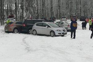 """Autá na parkovisku skončili """"v sebe"""". Na zľadovatenom povrchu sa im šmýkalo."""