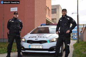 Policajti, ktorí zachránili život mužovi