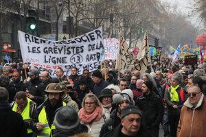 Vo Francúzsku sa k demonštrantom proti dôchodkovej reforme pridali aj žlté vesty.