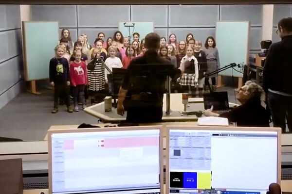 """Detský zbor WDR pri nahrávaní piesne """"Meine Oma ist `ne alte Umweltsau""""."""