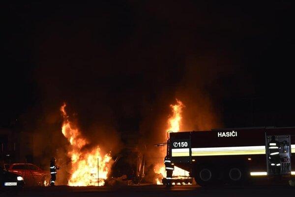 V areáli firmy zhoreli počas silvestrovskej noci dva bagre.