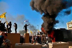 Ambasádu v irackom Bagdade obkľúčila asi tisícka demonštrantov.