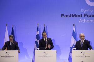 Na snímke sprava izraelský premiér Benjamin Netenjahu, grécky premiér Kyriakos Mitsotakis a cyperský prezident Nikos Anastasiadis počas tlačovej konferencie po rokovaní v Aténach 2. januára 2020.