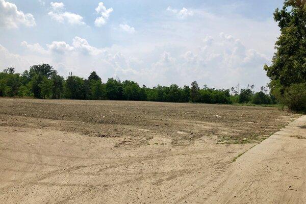 Mesto vyčistilo pozemok pre kompostáreň.