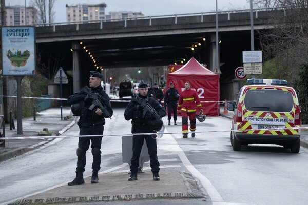 Policajti oblasť zabezpečili.