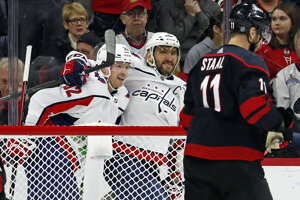 Jevgenij Kuznecov (vľavo), Alexander Ovečkin (v strede) a Jordan Staal v zápase NHL 2019/2020 Carolina Hurricanes - Washington Capitals.
