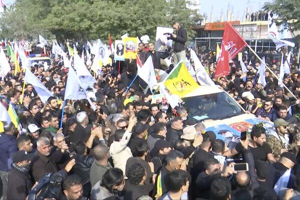 Smútočného sprievodu sa zúčastnili tisíce ľudí.