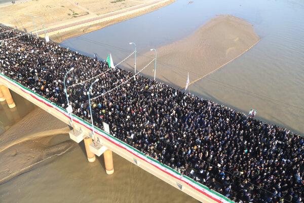 Na smútočnú spomienku prišli tisíce ľudí.