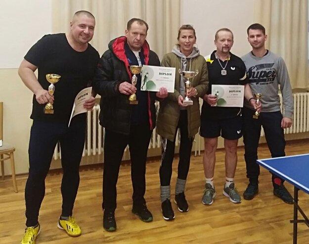 Najlepší štyria hráči so starostkou obce Chrabrany.