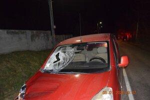 Auto, ktorým vodič narazil do troch chodcov.