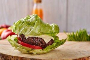 Pokojne si doprajte hoc aj šťavnatý cheeseburger. Musí však byť bez žemle.