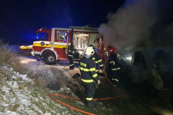 Pri požiari dodávky zasahovalo 12 hasičov.