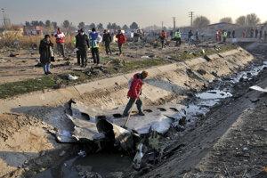 Časti zrúteného lietadla v Iráne.