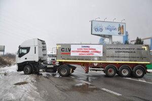 Miesto, kde dopravcovia skrížili kamióny pred SCP Mondi pri čerpacej stanici OMV.