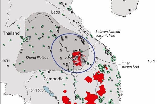 Nákres Australázijského tektitového poľa hore a oblasť v Laose, kde sa môže ukrývať kráter po doapde meteoritu.