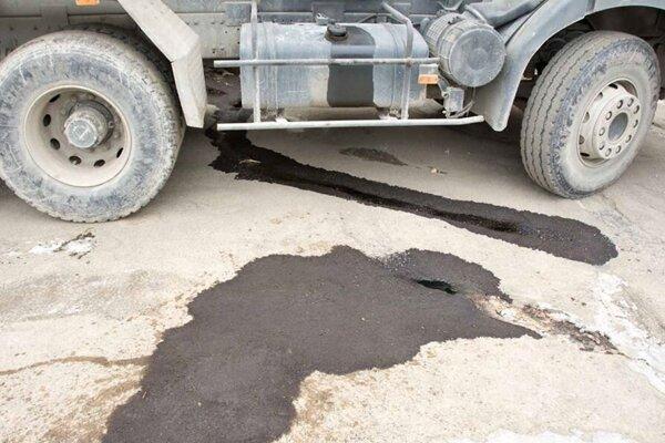 Nádrže poškodili, naftu ukradli.