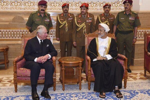 Britský princ Charles s ománskym sultánom Hajsamom bin Tárikom.