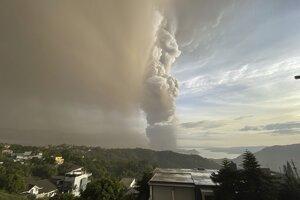 Filipínska sopka Taal chrlí popol.