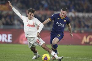 Paulo Dybala (vľavo) a Jordan Veretout v zápase AS Rím - Juventus Turín.