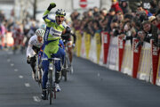 Peter Sagan sa teší z prvého víťazstva medzi profesionálmi. Získal ho v tretej etape pretekov Paríž - Nice 2010.